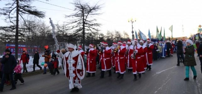 Почти двести Дедов Морозов прошли по центру Магадана.