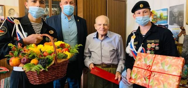Курсанты центра «Подвиг» поздравили магаданского ветерана Александра Смицкого с 97-м днем рождения